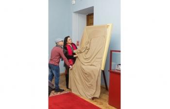 "Ambassador unveils a portrait of Mahatma Gandhi by Vadim Krasovsky (Vadis) at  ""FACEMONEY ILLUSION"" Exhibition."